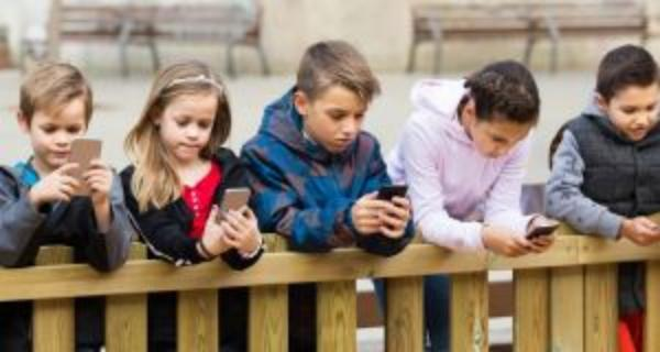 What's REALLY wrong in kids with personal smartphones.. /img/kids-with-personal-smartphones.jpg